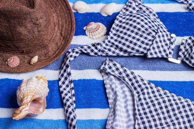 Fato de banho com acessórios de praia em azul Foto Premium