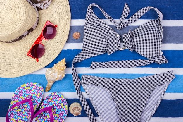 Fato de banho com acessórios de praia. óculos de sol vista superior calções de praia chinelos swimsuit Foto Premium