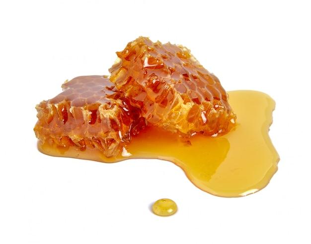 Favo de mel e mel isolado no branco Foto Premium
