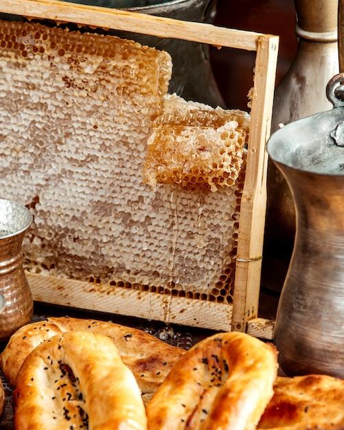 Favos de mel com pão Foto gratuita