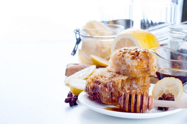 Favos de mel doces com limão Foto Premium