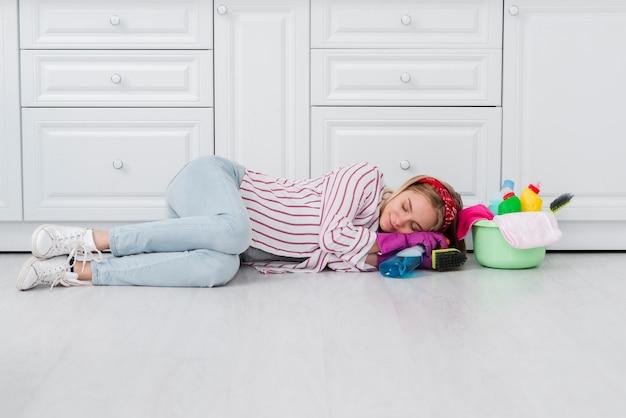 Faxineira sentada no chão Foto gratuita