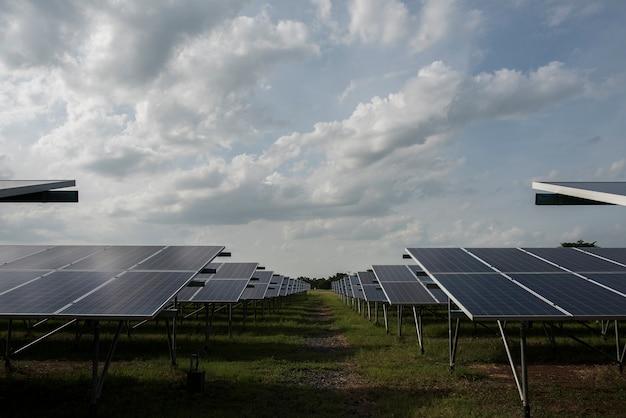 Fazenda de células solares na usina de energia alternativa do sol Foto gratuita