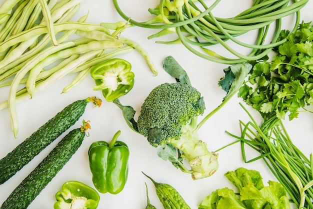 Fazenda legumes verdes frescos isolados no fundo branco Foto gratuita
