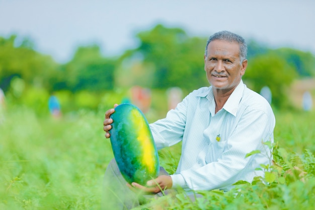 Fazendeiro indiano no campo de melancia Foto Premium