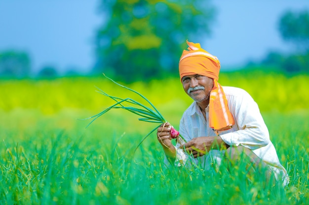 Fazendeiro indiano no campo Foto Premium