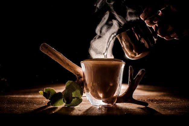 Fazendo beicinho água em copo de café Foto Premium