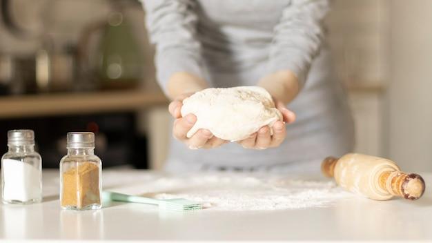 Fazendo biscoitos de páscoa, mãos femininas com massa Foto Premium