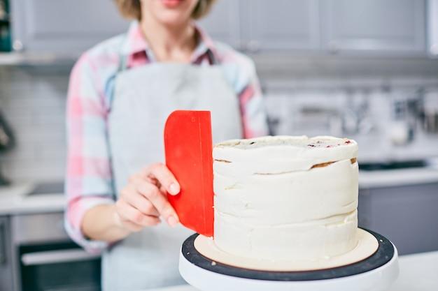 Fazendo bolo Foto gratuita
