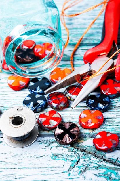 Fazendo colares de contas de vidro. Foto Premium