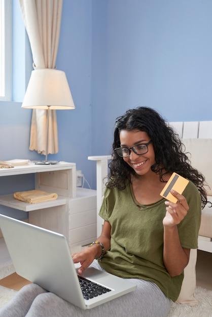 Fazendo compras online Foto gratuita