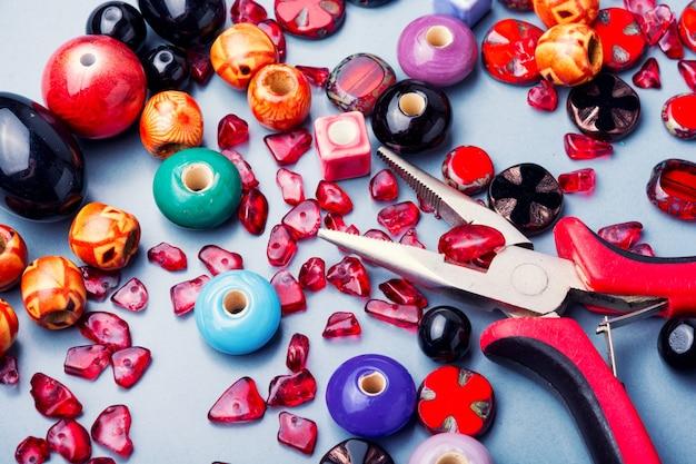 Fazendo jóias de miçangas coloridas Foto Premium