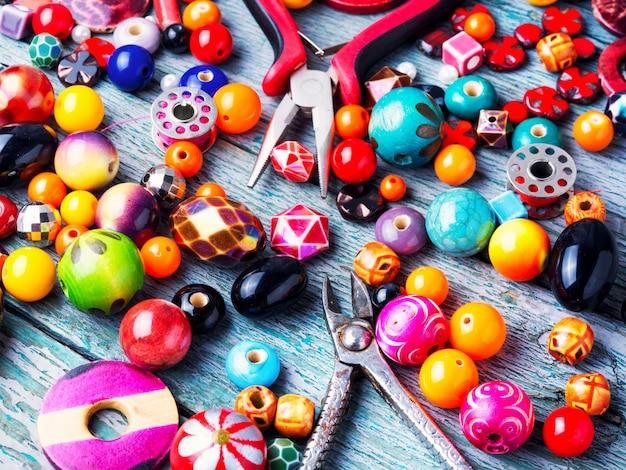 Fazendo jóias de miçangas Foto Premium