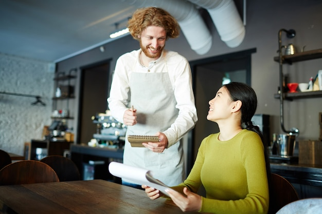 Fazendo o pedido no café Foto gratuita