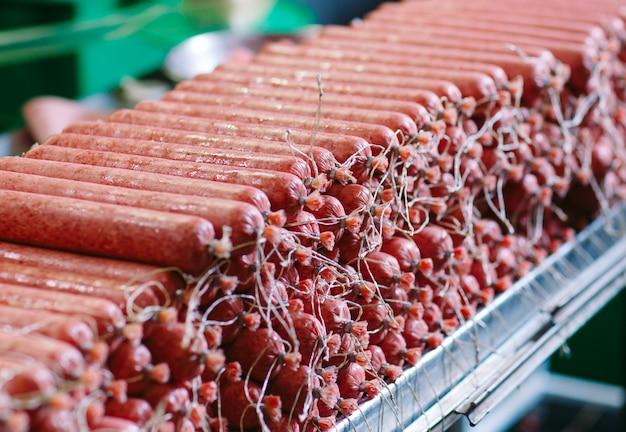 Fazendo salsichas, produção de alimentos na fábrica. Foto Premium