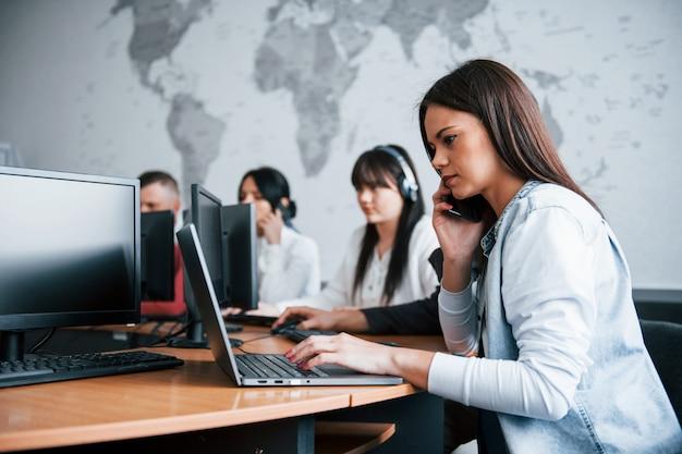 Fazendo um acordo. jovens que trabalham no call center. novos negócios estão chegando Foto gratuita