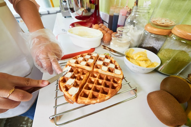 Fazendo waffles belgas Foto gratuita