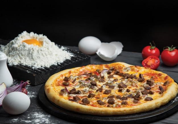 Fazer massa de pizza e pizza inteira pronta Foto gratuita