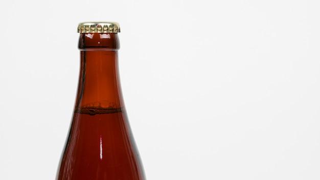 Fechar a garrafa de cerveja com espaço de cópia Foto gratuita