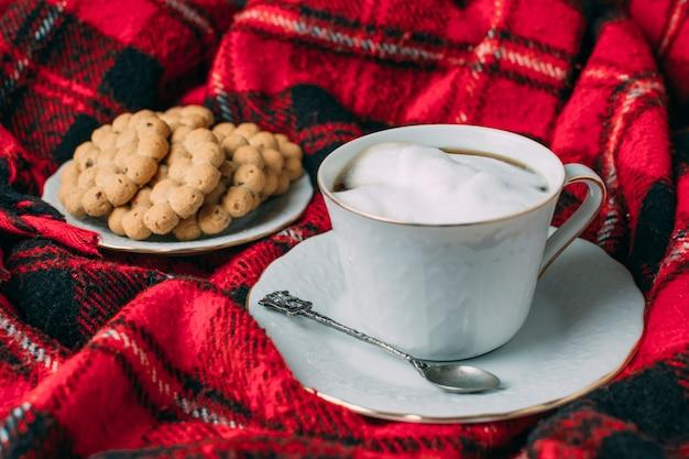 Fechar a xícara de café com espuma Foto gratuita