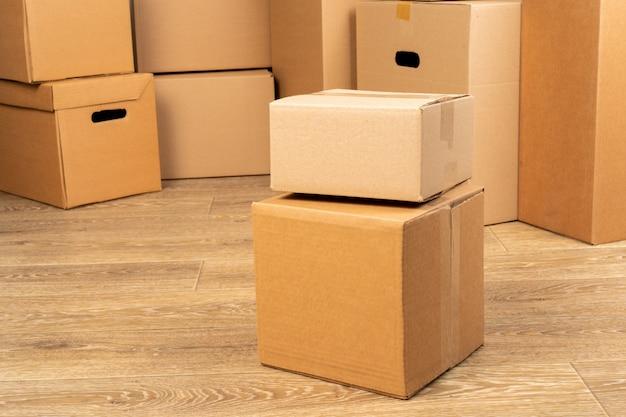 Fechar foto de uma pilha de caixas de mudança Foto Premium