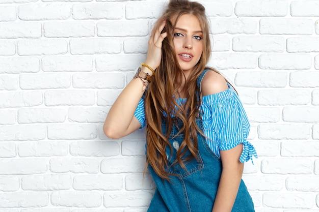 Fechar o retrato da moda mulher Foto Premium