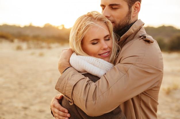 Fechar o retrato de um belo casal apaixonado Foto gratuita