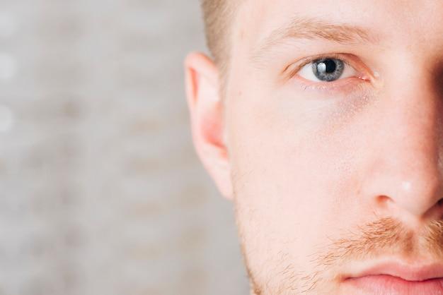 Fechar o retrato dos olhos do homem Foto gratuita