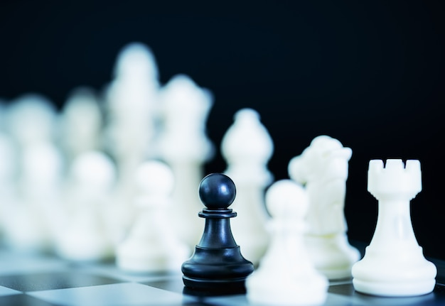 Fechar peças de xadrez no tabuleiro de xadrez Foto Premium