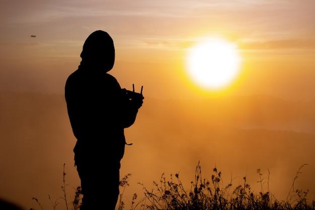 Fechar-se. piloto de drone ao amanhecer no vulcão batur. bali, indonésia Foto gratuita