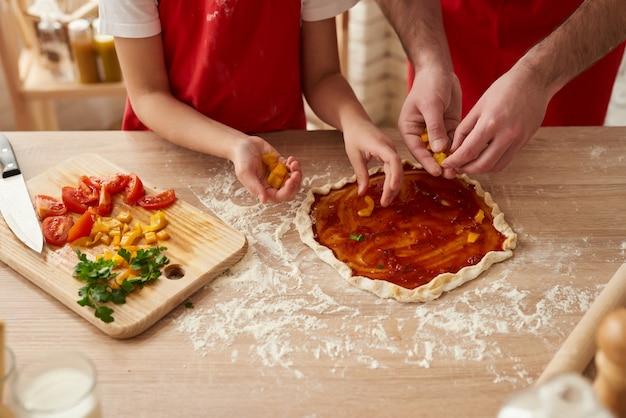 Fechar-se. pizza que prepara-se com fatias dos vegetais. Foto Premium