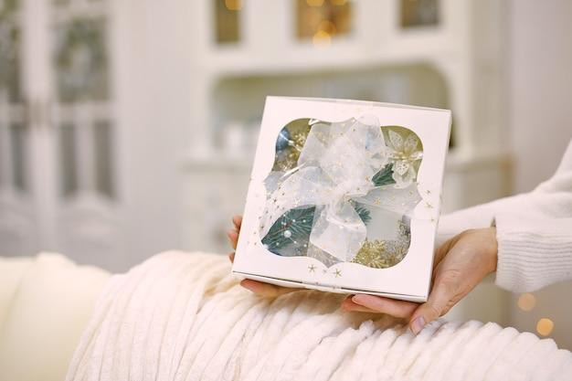 Feche a foto de mãos femininas segurando um presente Foto Premium