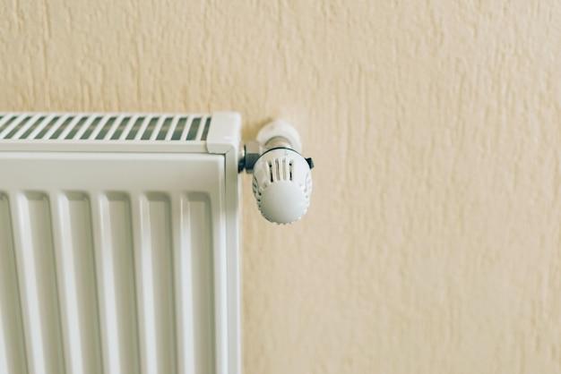 Feche a foto do radiador branco na sala de estar. pronto para o inverno Foto Premium