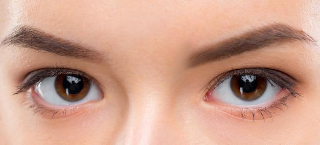 Feche a imagem dos olhos castanhos femininos Foto gratuita
