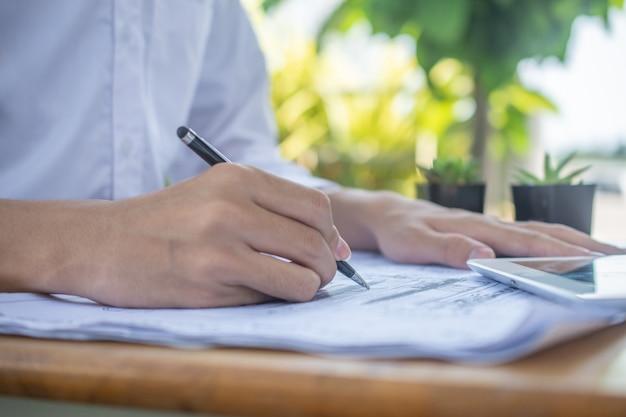 Feche a mão na papelada de, conceito negócios finanças trabalho trabalho profissional caneta papel Foto Premium