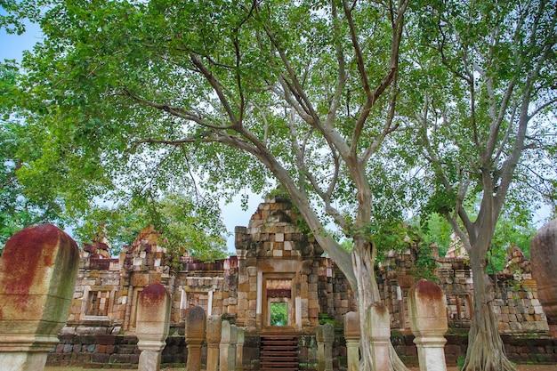 Feche a porta exterior e a parede de prasat sadok kok thome é um templo khmer em thaila Foto Premium