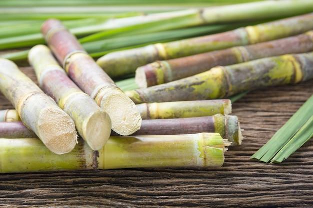 Feche acima da cana-de-açúcar no fim de madeira do fundo acima. Foto Premium