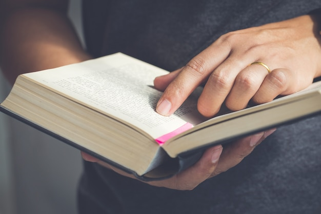 Feche acima da mão abra a bíblia, leituras de domingo, bíblia Foto Premium