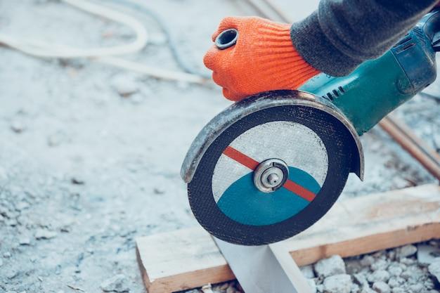 Feche acima da mão do reparador, construtor profissional trabalhando dentro de casa, reparando Foto gratuita