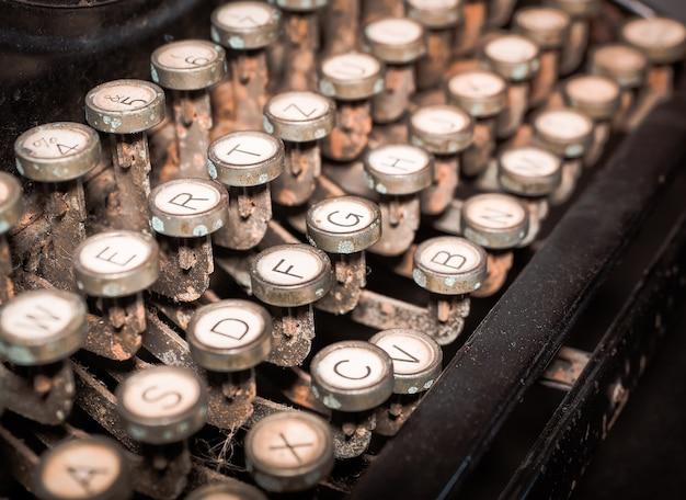 Feche acima da máquina de dactilografia antiquado do vintage. Foto Premium