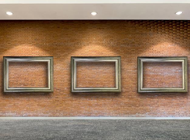 Feche acima da moldura de madeira no tijolo vermelho rústico Foto Premium
