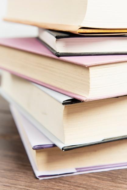 Feche acima da pilha de livro Foto gratuita
