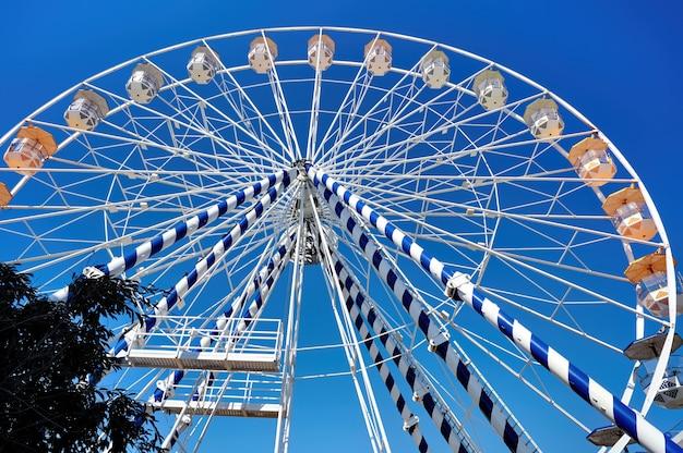 Feche acima da roda gigante em um parque de diversões Foto gratuita