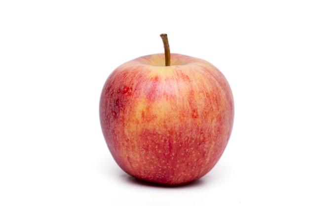 Feche acima da vista de uma única maçã vermelha isolada em um fundo branco. Foto Premium