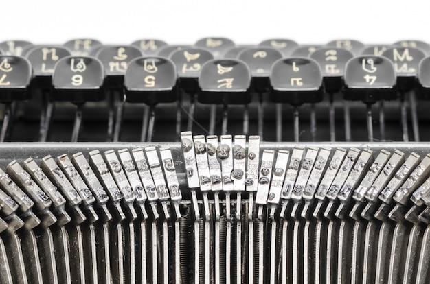 Feche acima das letras em uma máquina de escrever velha. Foto Premium