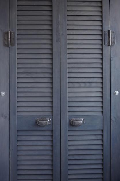 Feche acima das portas do obturador cinza escuro Foto Premium