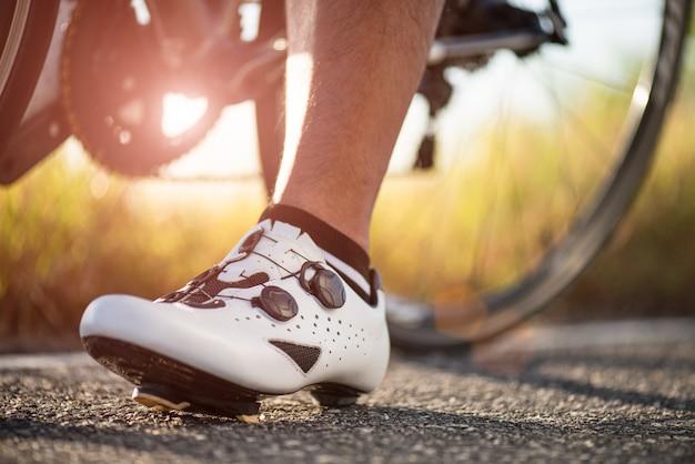 Feche acima das sapatas da bicicleta prontas para andar de bicicleta ao ar livre. Foto Premium