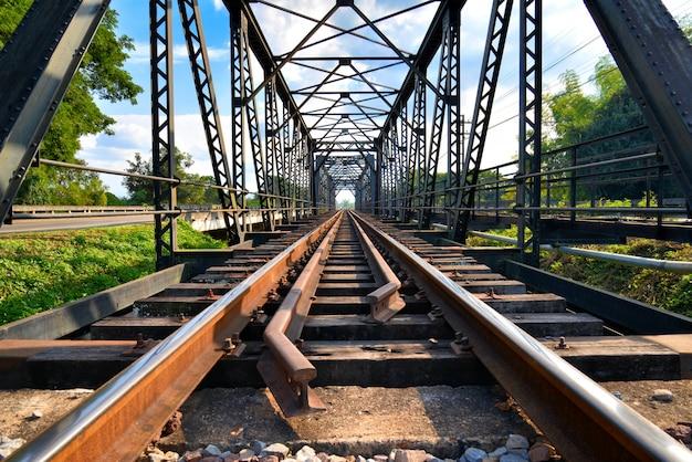 Feche acima das trilhas railway fundem junto a ponte velha Foto Premium