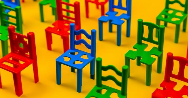 Feche acima do assento da cadeira colorido. filas de assentos de plástico na arena. padrão de textura de cadeiras conjunto com vazio. o anfiteatro. esportes. Foto Premium