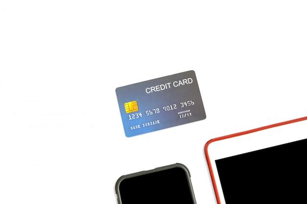 Feche acima do cartão de crédito da maquete com tabuleta e smartphone no fundo branco isolado. Foto Premium